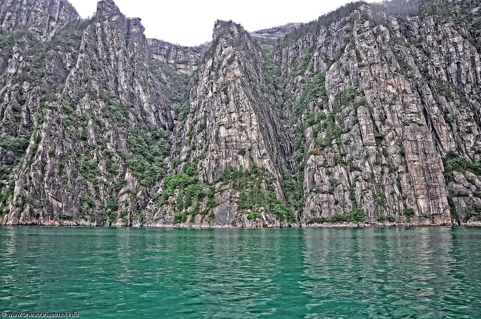 naviguer_le-long-des-falaises_dans-les-fjords_en-norvege