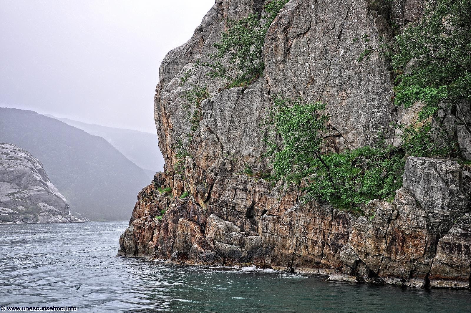 norvege-rocher_entree-du-fjord_naviguer
