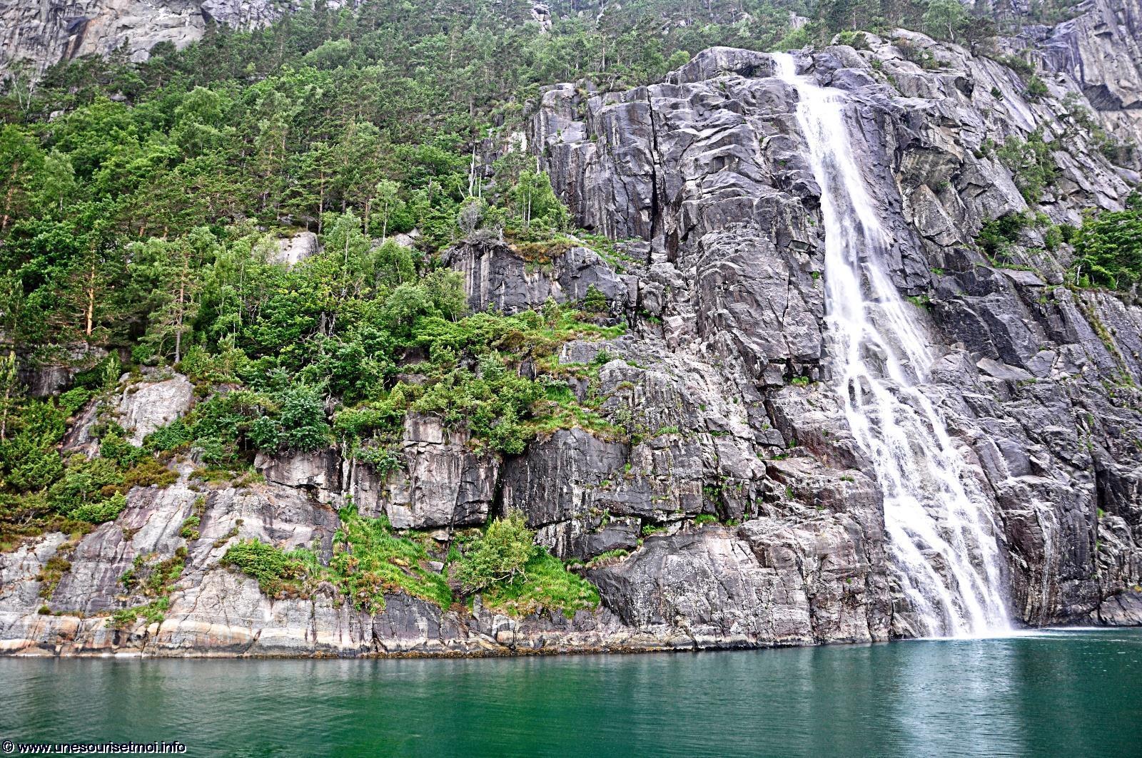 norvege_falaise-et-chute-eau_dans-le-fjord_en-navigation