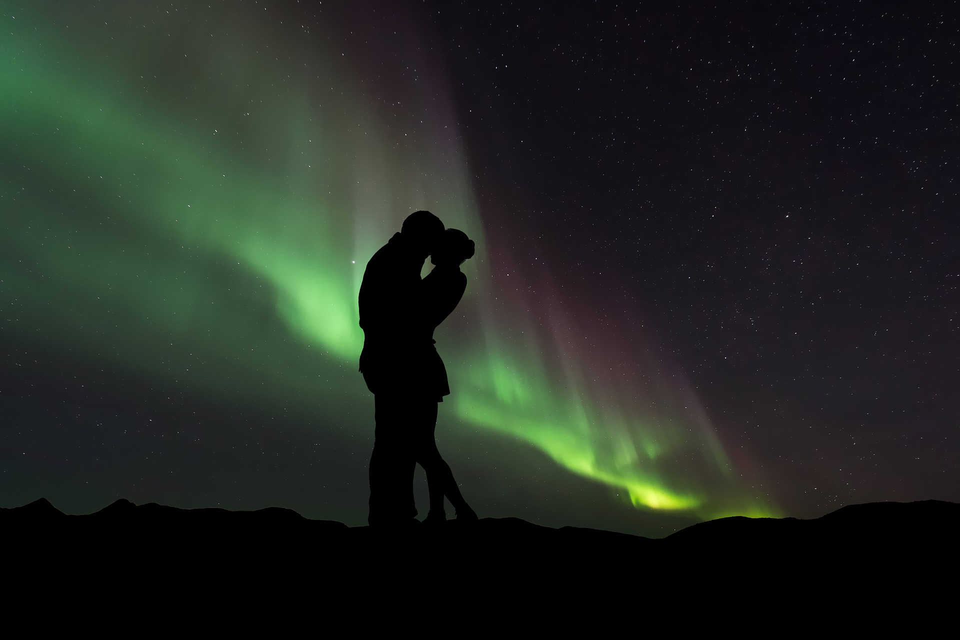 amazing-valentine-day-under-boreal-aurora