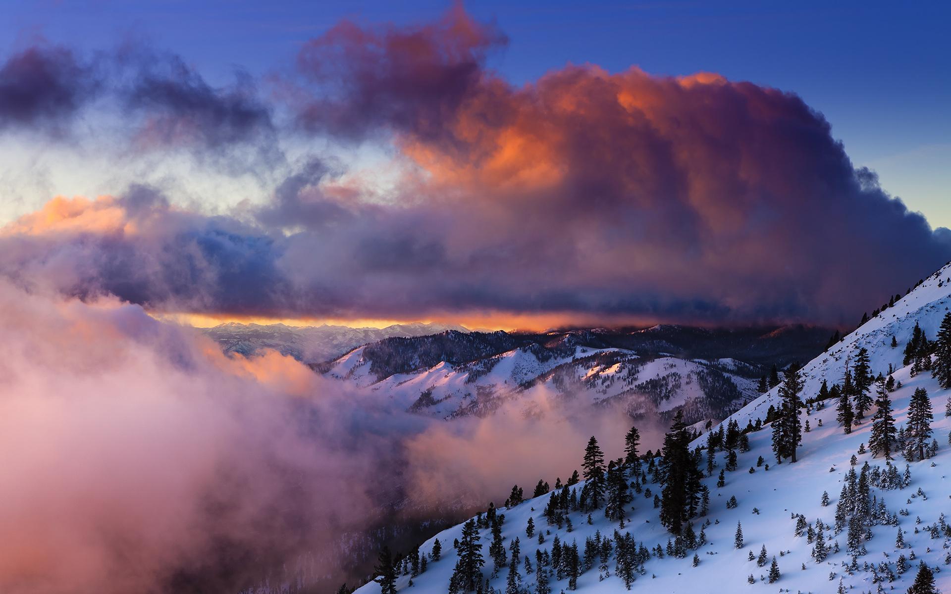 ciel-nuageux-neige-et-ski-montagne