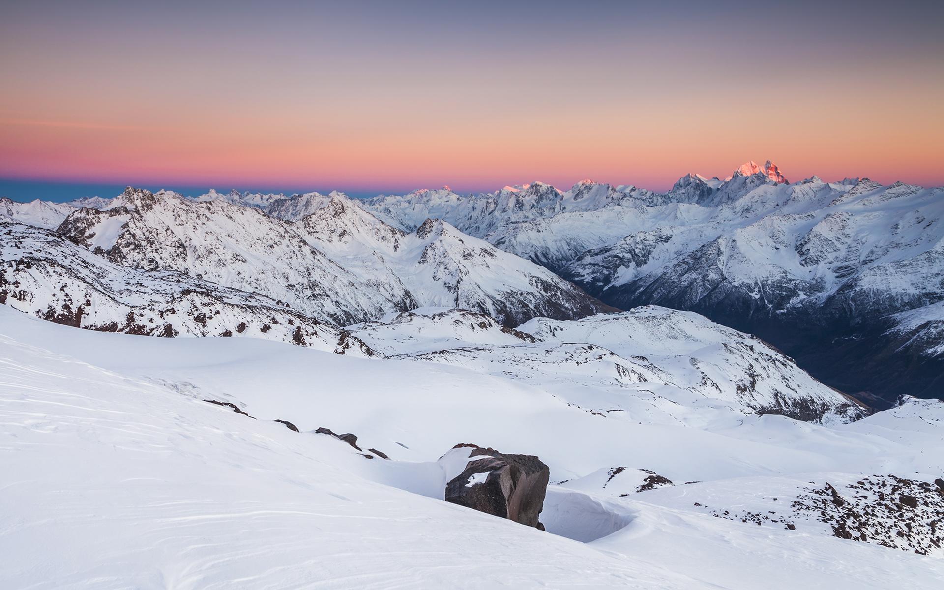 vue-sur-les-sommets-neige-et-montagne