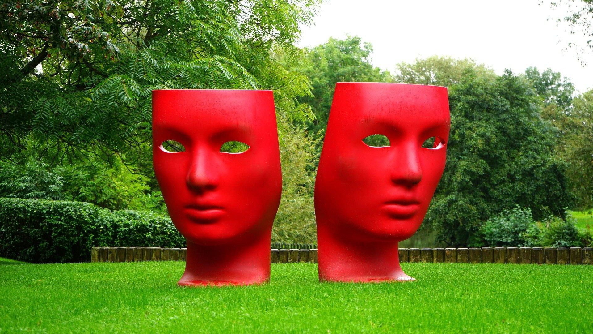 deux-masques-poses-sur-la-pelouse