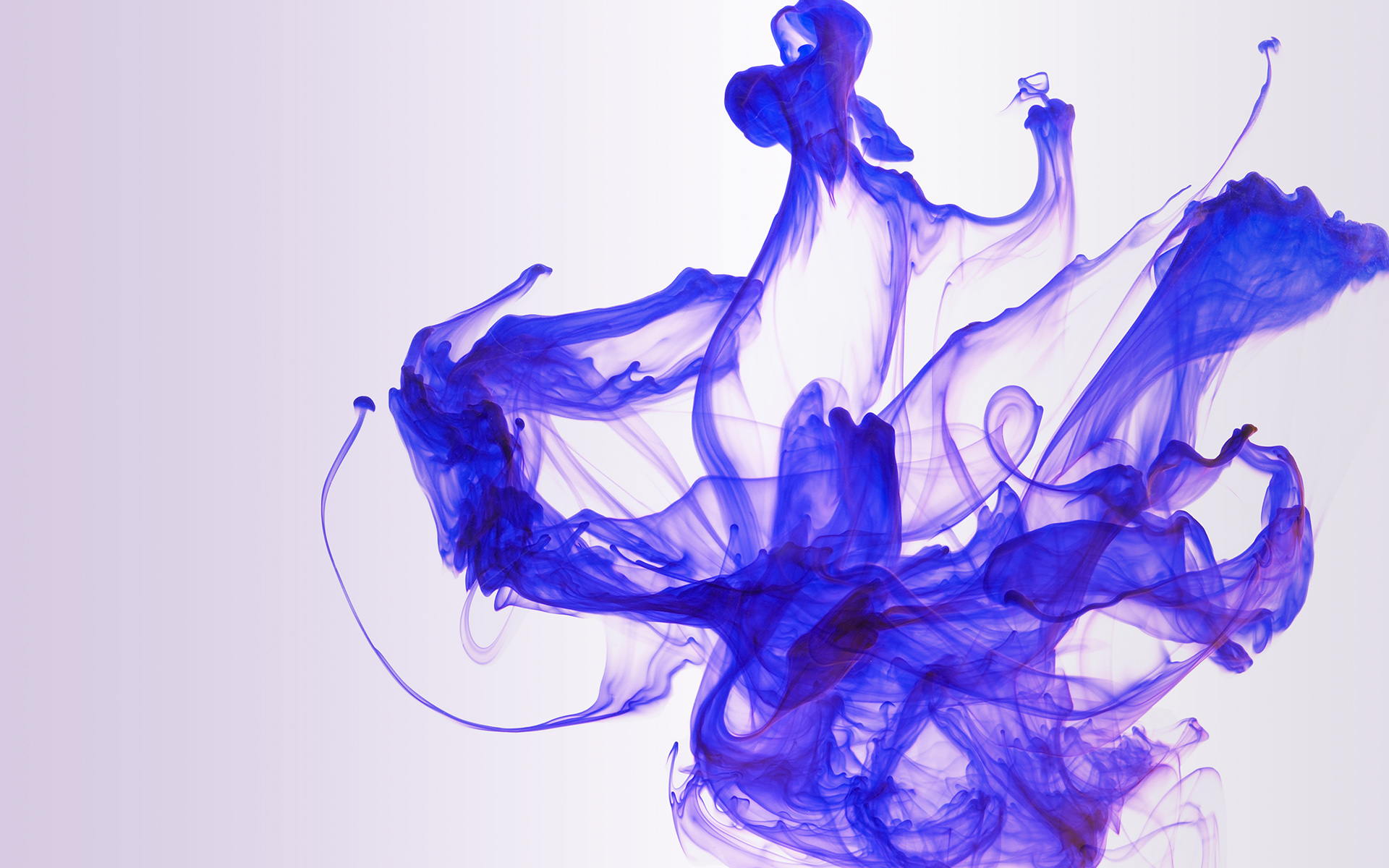melange-bleu-dans-eau